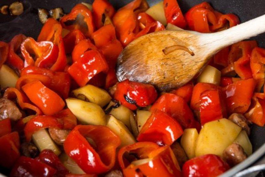 Patate, peperoni e salsiccia